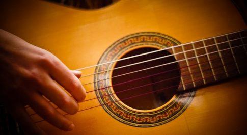 gitarrenschule_delmenhorst_gitarre_spielen_musikalischer_ausdruck_frau_klassische_gitarre